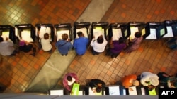رایدهندگان آمریکایی که پیش از موعد رای خود را در میامی به صندوق ریختند.