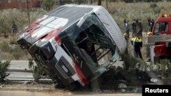 Каталонияда аварияга учраган талабалар автобуси.