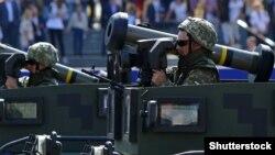 """Украинские военные с американскими противотанковыми ракетами """"Джавелин"""" на параде в Киеве в День независимости, 24 августа 2018 года (архив)"""
