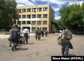 Рабочие идут по территории шахты имени Кузембаева. Сарань, Карагандинская область, 24 июня 2010 года.