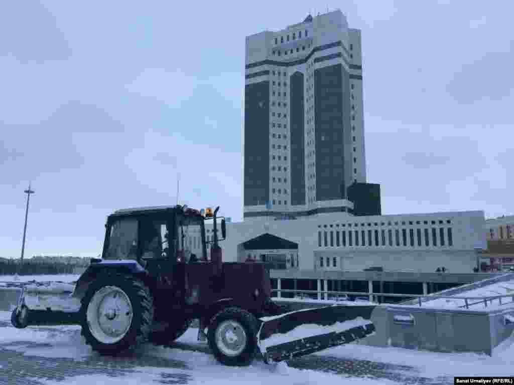 Үкімет үйінің алдындағы қар күрейтін трактор. Нұр-Сұлтан, 28 қаңтар 2020 жыл.
