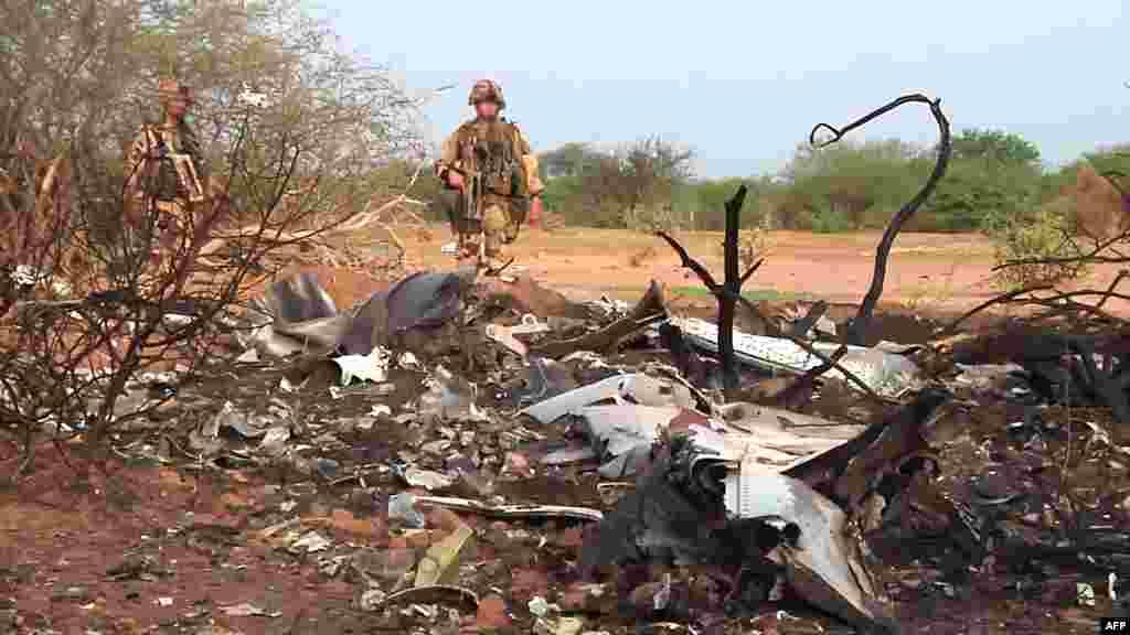 24 шілде күніБуркина-Фасодан Алжирге ұшып шыққан жолAir Algerie әуе компаниясының жолаушылар ұшағымен байланыс үзіліп қалды. Кейін апатқа ұшыраған ұшақ сынықтары Мали аумағынан табылды.Ұшақтағы 110-нан астам жолаушының барлығы қаза болған. Суретте:Апатқа ұшыраған Air Algerie әуе компаниясының жолаушылар ұшағының сынықтары. Мали, 25 шілде 2014 жыл.