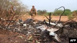 Një ushtar francez qëndron në vendin e rrëzimit të aeroplanit në Mali.