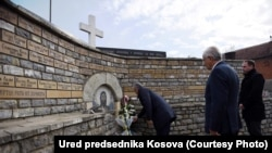 Predsjednik Kosova Hašim Tači posetio je spomenik srpskim žrtvama Velikoj Hoči u Orahovacu, 12. decembra 2016.