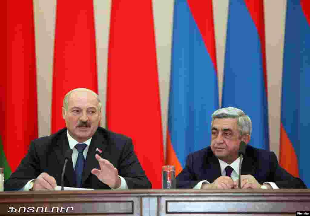 Армения - Президенты Армении и Беларуси - Серж Саргсян (справа) и Александр Лукашенко - во время совместной пресс-конференции, Ереван, 13 мая 2013 г.