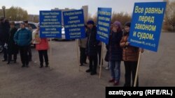 Акция протеста против практики изъятия земель «под государственные нужды». Астана, 18 октября 2014 года.