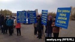 """Жерлері """"мемлекет қажетіне"""" алынған саяжай тұрғындарының наразылық митингіcі. Астана, 18 қазан 2014 жыл."""