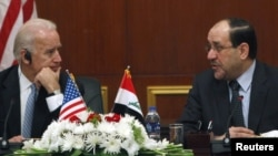 ABŞ-nyň wise-prezidenti Joe Biden (ç) we Yragyň premýer-ministri Nuri al-Maliki (s)
