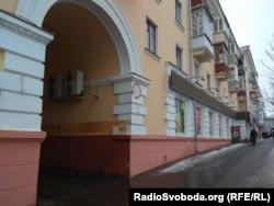Відновлений будинок у Чернігові, де було бомбосховище, в якому загинуло багато людей під час бомбардування у роки Другої світової війни