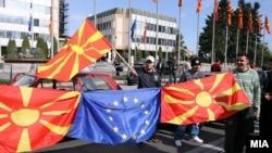 Граѓани пред Владата со македонско и знаме на ЕУ