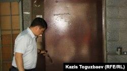 Чиновник выходит из офиса НПО «Арка суйеу». Алматы, 30 мая 2013 года. Иллюстративное фото.