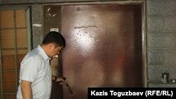 «Чоловік у цивільному» біля дверей офісу «Арка суєу», Алмати, 30 травня 2013 року
