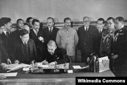 Міністр закордонних справ Японії Мацуока Йосуке підписує пакт про ненапад між Японією та СРСР. На задньому плані – Йосиф Сталін, який порушить цей пакт через чотири роки. Москва, 13 квітня 1941 року