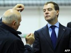 Ресей президенті кезінде Дмитрий Медведев сол кездегі Мәскеу мэрі Юрий Лужковты тыңдап тұр. Мәскеу, 27 мамыр 2010 жыл