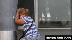 Femeie care plânge după ce a aflat vestea morții unei rude din cauza COVID, Ecuador