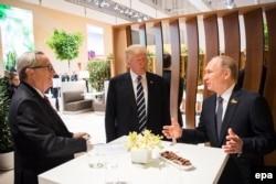 Глава Еврокомиссии Жан-Клод Юнкер, Дональд Трамп и Владимир Путин в гамбурге 7 июля 2017