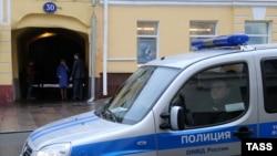 Поліція біля офісу «Відкритої Росії» під час обшуку, Москва, 16 квітня 2015 року