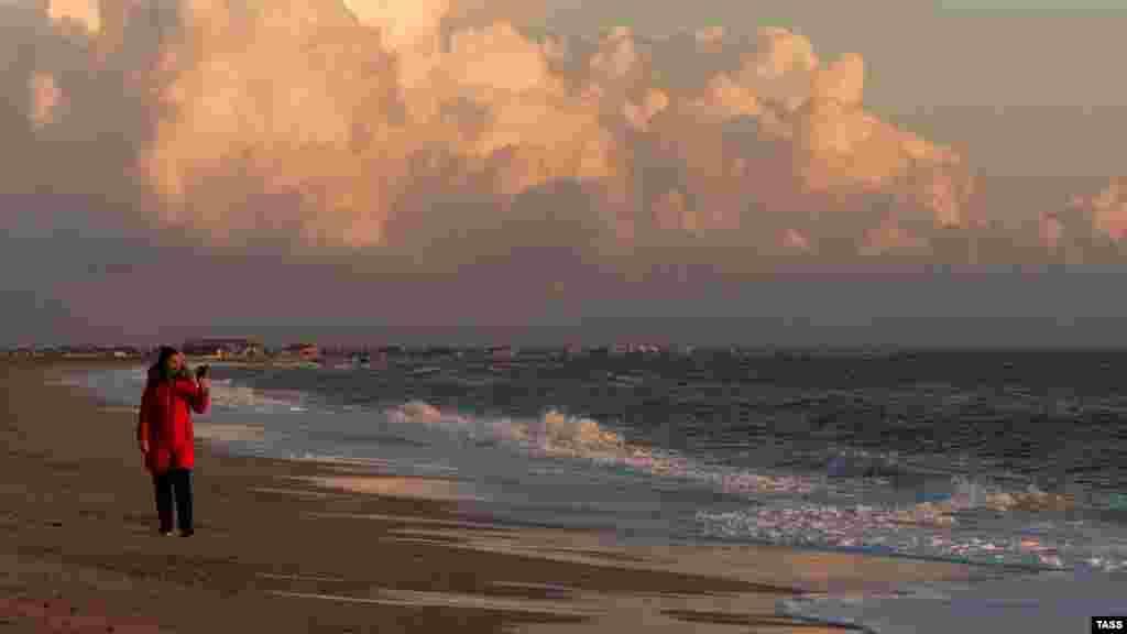 Закат солнца над морем в Саках. Небольшую часть жизни Сак в один из солнечных февральских дней – смотрите в фотогалерее