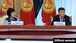 Президент Сооронбай Жээнбеков менен Жогорку соттун төрайымы Айнаш Токбаева. 17-май, 2018-жыл