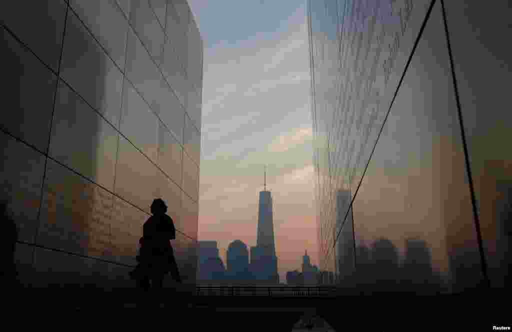 محل خالی برجها و نام قربانیان؛در نیویورک، جایی که حملات به برجهای مرکز تجارت جهانی انجام شد، بازماندگان نزدیک به ۳ هزار قربانی، مانند هر سال، نام بستگان خود را قرائت کردند.