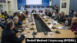 Участники публичного диалога о дискриминации этнических украинцев и крымских татар в Крыму