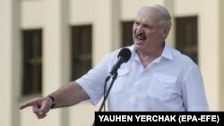 Александър Лукашенко говори пред работници в Минск седмица след изборите за президент, оспорвани от опозицията