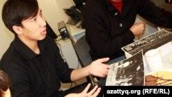 Серик Зулхаров, победитель фотоконкурса Азаттыка, показывает на свою фотографию. Алматы, 25 января 2013 года.