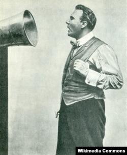 Шаляпин записывает пластинку. Фото Льва Леонидова. 1913.