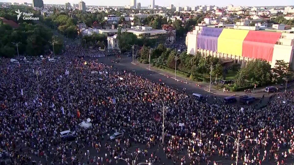 Десятки тысяч румын вышли на улицы Бухареста с требованием отставки правительства – видео