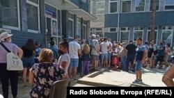 Граѓани чекаат ред за вакцина пред поликлиника Букурешт во Скопје