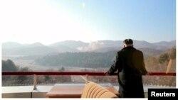 Глава КНДР Ким Чен Ын наблюдает за запуском ракеты дальнего радиуса действия 7 февраля 2016 года