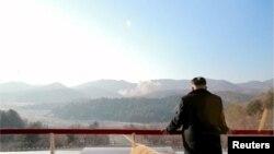 Кіраўнік КНДР Кім Чэн Ын назірае за запускам ракеты далёкага радыюсу дзеяньня, 7 лютага 2016 году