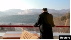Глава Северной Кореи Ким Чен Ын наблюдает за пуском ракеты.