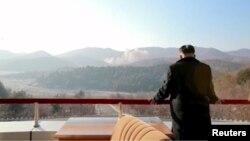 Лидер Северной Кореи Ким Чен Ын наблюдает за запуском ракеты дальнего радиуса действия. 7 февраля 2016 года.