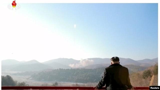 Глава КНДР Ким Чен Ын наблюдает за запуском спутника