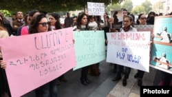 Акция протеста женщин перед зданием правительства, Ереван, 23 октября 2014 г․