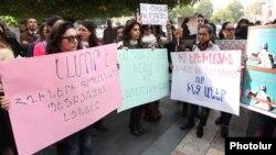 Կանանց բողոքի ցույցը Կառավարության շենքի դիմաց, 23-ը հոկտեմբերի, 2014թ․