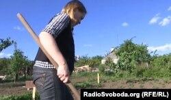 Світлана вирощує на городі фрукти та овочі
