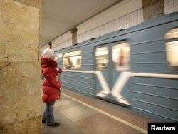 Девушка на московской станции метро. 8 марта