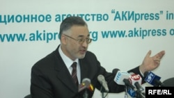 Kyrgyzstan -- Ombudsman Tursunbai Bakir-uulu at a press conference in Bishkek, 11 Apr. 2006