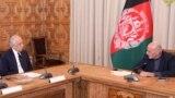 افغان ولسمشر اشرف غني په کابل کې له د سولې لپاره د امریکا له ځانګړي استازي زلمي خلیلزاد سره ګوري - د ارشیف انځور.
