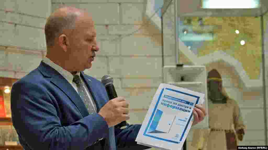 Представитель бюро ЮНЕСКО в Алматы Сергей Карпов объясняет, что фотовыставка посвящена Международному дню борьбы за всеобщий доступ к информации, который отмечается по решению ООН и ЮНЕСКО 28 сентября.