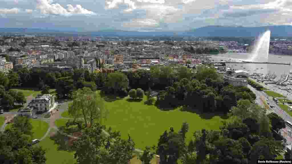 Вилла (слева) и прилегающий участок на берегу озера, который является крупнейшим парком Женевы. Парк закрыт для посещения с 8 по 18 июня.