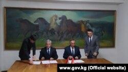 Момент подписания протокола главами топографических рабочих групп.