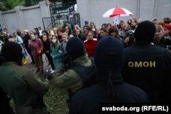 Президент сайлауының ресми қорытындысына наразылық білдіріп шыққан әйелдер мен оларға қарсы тұрған полицияның арнайы жасағы. Минск, 8 қыркүйек 2020 жыл.