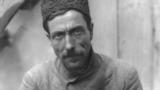 Кримски татарки със сплетени коси в Бахчисарай през '20-те години на XX век. За тях е привично да носят кадифени шапки, извезани със злато, сребро, както и декорация с малки монети.