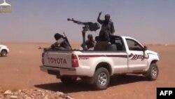 تازهترین دور خشونتها باز هم بر شمار کشتهشدگانی که تنها در ماههای گذشته از چهار هزار نفر بیشتر شدهاند، افزوده است (تصویر: گروهی از شبهنظامیان نزدیک به القاعده در فیلمی که از فعالیتهای خود بر یوتیوب منتشر کردهاند)