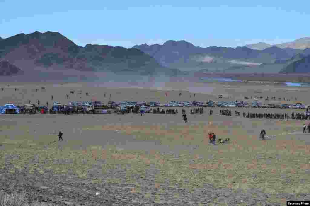 """""""Бүркіт тойы"""" өтетін алаң.5 қазан, 2014 жыл. Моңғолия. Баян-Өлгий аймағы."""