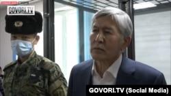 Алмазбек Атамбаев сот залында. Сүрөт GOVORI.TV каналын видеосунан алынды.
