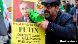 Надпись на плакате на митинге в Лондоне: «Путину все равно, он отравит все». 17 марта 2018 года